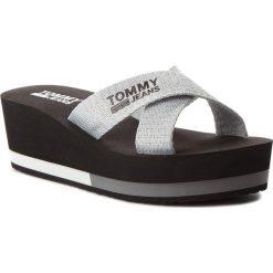 Klapki TOMMY JEANS - Sporty Mid Beach Sandal EN0EN00068 Silver 000. Szare klapki damskie Tommy Jeans, z jeansu. W wyprzedaży za 149.00 zł.
