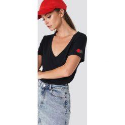 NA-KD T-shirt z haftowaną różą - Black. Czarne t-shirty damskie NA-KD, z haftami, dekolt w kształcie v. Za 72.95 zł.