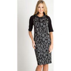Sukienka ze wzorem z wiązanym półgolfem QUIOSQUE. Czarne sukienki damskie QUIOSQUE, z motywem zwierzęcym, z dzianiny, biznesowe, z golfem, z długim rękawem. W wyprzedaży za 139.99 zł.