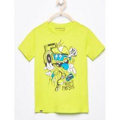 T-shirt z nadrukiem - Zielony. Zielone t-shirty dla chłopców Reserved, z nadrukiem. W wyprzedaży za 19.99 zł.