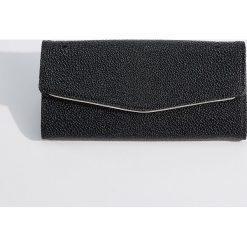 Portfel ze strukturalną powierzchnią - Czarny. Czarne portfele damskie Mohito. Za 59.99 zł.