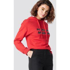 Emilie Briting x NA-KD Bluza z kapturem Stand Up - Red. Czerwone bluzy damskie Emilie Briting x NA-KD, z nadrukiem. Za 161.95 zł.