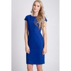Kobaltowa taliowana sukienka QUIOSQUE. Niebieskie sukienki damskie QUIOSQUE, z tkaniny, eleganckie, z kopertowym dekoltem, z krótkim rękawem. W wyprzedaży za 69.99 zł.