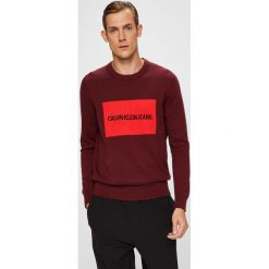 Calvin Klein Jeans - Sweter. Brązowe swetry przez głowę męskie Calvin Klein Jeans, z bawełny, z okrągłym kołnierzem. Za 399.90 zł.