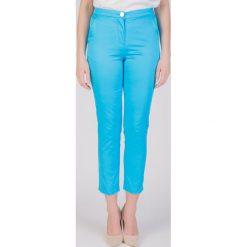 Niebieskie spodnie 7/8 QUIOSQUE. Niebieskie spodnie materiałowe damskie QUIOSQUE, z bawełny. W wyprzedaży za 79.99 zł.