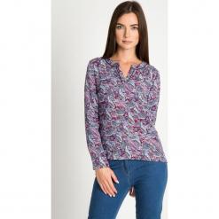 Bluzka z orientalnym wzorem z dodatkiem czerwieni QUIOSQUE. Czerwone bluzki damskie QUIOSQUE, z nadrukiem, z dzianiny, z długim rękawem. W wyprzedaży za 69.99 zł.