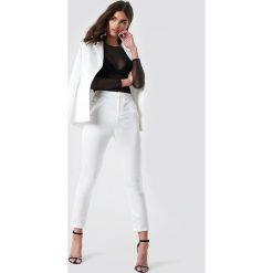 Iva Nikolina x NA-KD Satynowe spodnie garniturowe - White. Białe spodnie materiałowe damskie Iva Nikolina x NA-KD, z satyny. Za 161.95 zł.
