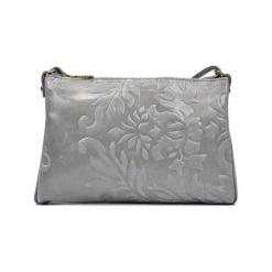 Skórzana torebka w kolorze srebrnym - (S)24 x (W)18 x (G)2 cm. Szare torby na ramię damskie Akcesoria na sylwestrową noc. W wyprzedaży za 139.95 zł.