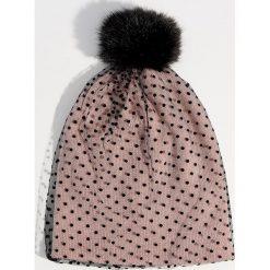 Czapka w groszki z pomponem - Różowy. Czerwone czapki i kapelusze damskie Mohito. Za 39.99 zł.