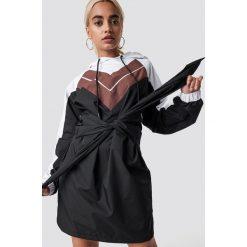 NA-KD Trend Sukienka z kapturem - Black,Multicolor. Czarne sukienki damskie NA-KD Trend, w kolorowe wzory, z kapturem. Za 202.95 zł.