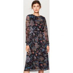 Szyfonowa sukienka w kwiaty - Wielobarwn. Czarne sukienki damskie Mohito, w kwiaty, z szyfonu. Za 199.99 zł.