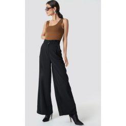 NA-KD Trend Spodnie z zakładkami i szerokimi nogawkami - Black. Czarne spodnie materiałowe damskie NA-KD Trend, w paski, z elastanu. Za 202.95 zł.