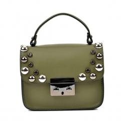 Skórzana torebka w kolorze khaki - (S)18 x (W)15 x (G)7 cm. Brązowe torby na ramię damskie Akcesoria na sylwestrową noc. W wyprzedaży za 219.95 zł.