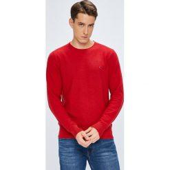 Tommy Hilfiger - Sweter. Czerwone swetry przez głowę męskie Tommy Hilfiger, z bawełny, z okrągłym kołnierzem. W wyprzedaży za 319.90 zł.