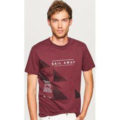 T-shirt z nadrukiem - Bordowy. Czerwone t-shirty męskie Reserved, z nadrukiem. Za 29.99 zł.