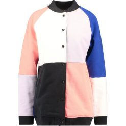 Levi's® Line 8 L8 PATCHED VARSITY JACKET Bluza rozpinana bright white/jet black/desert flower/purple heather. Kardigany damskie Levi's® Line 8, z bawełny. Za 369.00 zł.