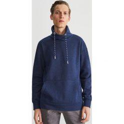 Bluza z kominowym kołnierzem - Granatowy. Niebieskie bluzy męskie Reserved. Za 99.99 zł.