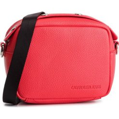 Torebka CALVIN KLEIN JEANS - Logo Banner Camera Bag K40K400807 634. Czerwone listonoszki damskie Calvin Klein Jeans, z jeansu. Za 299.00 zł.