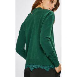 Guess Jeans - Sweter Addy. Szare swetry damskie Guess Jeans, z dzianiny, z okrągłym kołnierzem. W wyprzedaży za 299.90 zł.