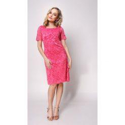 Koktajlowa sukienka z koronki klaudia. Różowe sukienki damskie Jestes Modna, w koronkowe wzory, z koronki, eleganckie, z klasycznym kołnierzykiem, z krótkim rękawem. W wyprzedaży za 159.00 zł.