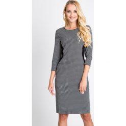 Szara sukienka z bocznymi wstawkami QUIOSQUE. Szare sukienki damskie QUIOSQUE, z tkaniny, biznesowe, z klasycznym kołnierzykiem. W wyprzedaży za 79.99 zł.