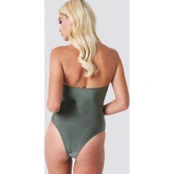NA-KD Swimwear Błyszczący kostium kąpielowy z metalowym detalem - Green. Zielone kostiumy jednoczęściowe damskie NA-KD Swimwear. Za 121.95 zł.