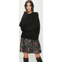 Answear - Sweter. Czarne swetry damskie ANSWEAR, z dzianiny, z okrągłym kołnierzem. Za 119.90 zł.