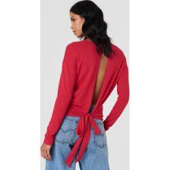 NA-KD Sweter z wiązaniem z tyłu - Red. Czerwone swetry damskie NA-KD, z dzianiny, z dekoltem na plecach. Za 60.95 zł.