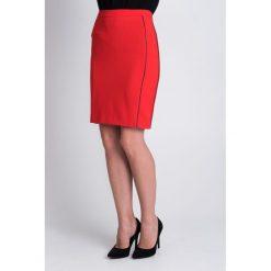 Czerwona spódnica midi  QUIOSQUE. Czerwone spódnice damskie QUIOSQUE, z dzianiny. W wyprzedaży za 49.99 zł.
