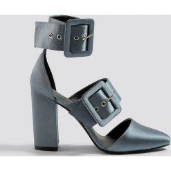 NA-KD Shoes Czółenka na słupku z klamrami - Grey. Czółenka damskie marki bonprix. W wyprzedaży za 80.97 zł.