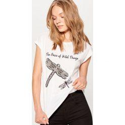 Bawełniana koszulka z aplikacją - Kremowy. Białe t-shirty damskie Mohito, z aplikacjami, z bawełny. Za 59.99 zł.