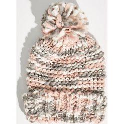 Wzorzysta czapka z pomponem - Wielobarwn. Czapki i kapelusze damskie marki Sinsay. W wyprzedaży za 14.99 zł.