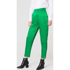 Rut&Circle Błyszczące spodnie Ginny - Green. Zielone spodnie materiałowe damskie Rut&Circle, z haftami, z poliesteru. W wyprzedaży za 121.77 zł.