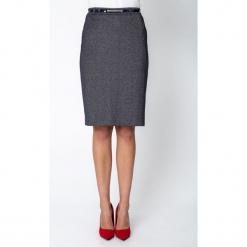 Srebrna ołówkowa spódnica z paskiem QUIOSQUE. Szare spódnice damskie QUIOSQUE, z tkaniny, eleganckie. Za 149.99 zł.