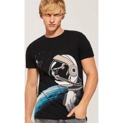 T-shirt z kosmicznym psem - Czarny. Czarne t-shirty męskie House. Za 49.99 zł.