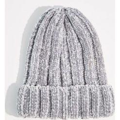 Szenilowa czapka z grubym splotem - Jasny szar. Szare czapki i kapelusze damskie Mohito, ze splotem. Za 39.99 zł.