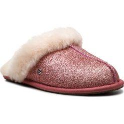 Kapcie UGG - Scuffette II Sparkle 1100177 W/Pink. Czerwone kapcie damskie UGG, ze skóry. Za 459.00 zł.