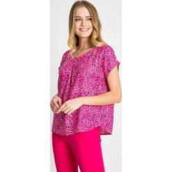 Różowo-granatowa bluzka ze wzorem QUIOSQUE. Czerwone bluzki damskie QUIOSQUE, z wiskozy, biznesowe, z dekoltem w serek, z krótkim rękawem. W wyprzedaży za 66.00 zł.