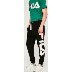 Fila - Spodnie. Szare spodnie sportowe męskie Fila, z nadrukiem, z bawełny. W wyprzedaży za 159.90 zł.