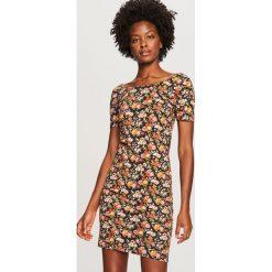 Dopasowana sukienka - Wielobarwn. Różowe sukienki damskie Reserved. W wyprzedaży za 39.99 zł.