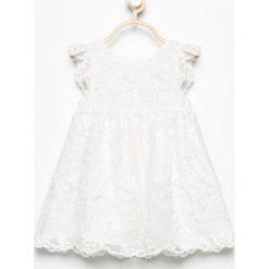 Biała sukienka z haftowanego tiulu - Kremowy. Sukienki niemowlęce Reserved, z haftami, z tiulu. W wyprzedaży za 29.99 zł.