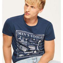 T-shirt z nadrukiem - Niebieski. Niebieskie t-shirty męskie House, z nadrukiem. Za 35.99 zł.