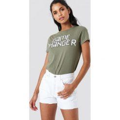 NA-KD Szorty jeansowe z wysokim stanem i rozdarciami - White. Białe szorty damskie NA-KD, z jeansu. W wyprzedaży za 48.59 zł.