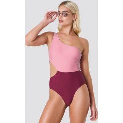 NA-KD Swimwear Kostium kąpielowy na jedno ramię Color Block - Pink. Różowe kostiumy jednoczęściowe damskie NA-KD Swimwear. W wyprzedaży za 33.90 zł.