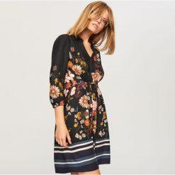Sukienka w kwiaty - Czarny. Czarne sukienki damskie Reserved, w kwiaty. W wyprzedaży za 69.99 zł.