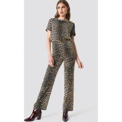 Moves x NA-KD Spodnie Vissa - Brown,Multicolor. Brązowe spodnie materiałowe damskie Moves x NA-KD, z materiału. Za 242.95 zł.