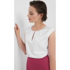 Bluzka z wycięciem na dekolcie. Białe bluzki damskie Orsay, z haftami, z dzianiny, klasyczne, z klasycznym kołnierzykiem, z krótkim rękawem. Za 79.99 zł.