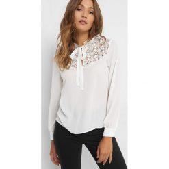 Koszulka z koronką i wiązaniem. Brązowe t-shirty damskie Orsay, w koronkowe wzory, z koronki, ze stójką. Za 99.99 zł.