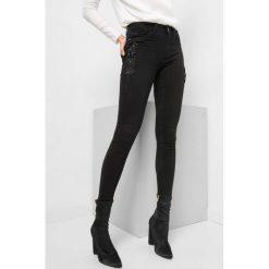 Jegginsy z kwiatami 3D. Czarne legginsy damskie Orsay, z aplikacjami, z bawełny. Za 89.99 zł.