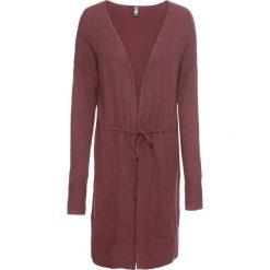 Długi sweter z wiązanym paskiem w talii bonprix czerwony rubinowy. Swetry damskie marki bonprix. Za 79.99 zł.